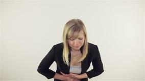 Jeune femme ayant des crampes banque de vidéos