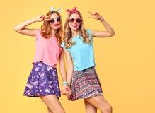 Jeune femme ayant l'amusement Meilleurs amis heureux de soeurs Photos libres de droits