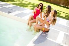 Jeune femme ayant l'amusement par la piscine Photo libre de droits
