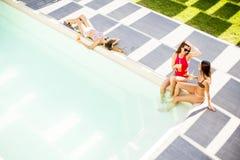 Jeune femme ayant l'amusement par la piscine Images stock