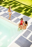 Jeune femme ayant l'amusement par la piscine Images libres de droits