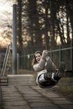 Jeune femme ayant l'amusement sur une oscillation Photographie stock libre de droits