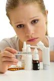 Jeune femme ayant la grippe avec le thermomètre et les pillules Photographie stock