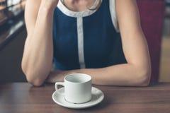 Jeune femme ayant le café dans le wagon-restaurant images stock