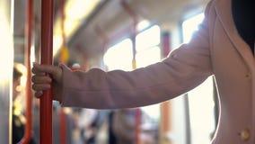 Jeune femme ayant le tour dans le chariot de souterrain, routine de permutation quotidienne, chemin de fer photos stock