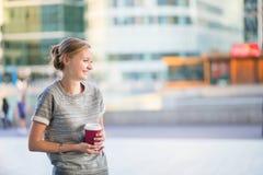 Jeune femme ayant sa pause-café photos stock