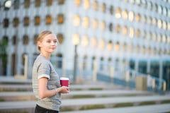 Jeune femme ayant sa pause-café photographie stock libre de droits