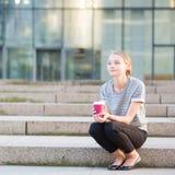 Jeune femme ayant sa pause-café dehors photo stock