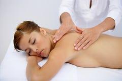 Jeune femme ayant un massage photo stock