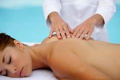 Jeune femme ayant un massage photos stock
