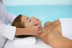 Jeune femme ayant un massage images stock
