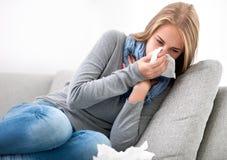 Jeune femme ayant un rhume photos libres de droits