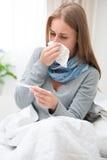 Jeune femme ayant un rhume Photographie stock libre de droits