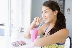 Jeune femme ayant une boisson Photos libres de droits