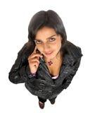 Jeune femme beau utilisant le téléphone portable Images stock
