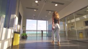 Jeune femme belle allant à l'avion de embarquement sur le terminal d'aéroport clips vidéos
