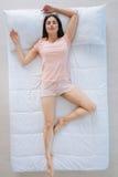 Jeune femme belle appréciant sa relaxation images stock