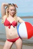 Jeune femme blond à la plage Image libre de droits