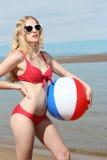 Jeune femme blond avec une bille de plage Images libres de droits