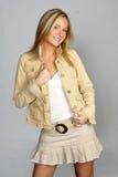 Jeune femme blond dans l'équipement de gratte-cul image stock