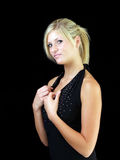 Jeune femme blond dans la robe noire Images libres de droits