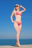 Jeune femme blond dans le bikini à l'extérieur photo libre de droits