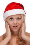 Jeune femme blond dans le chapeau de Santa photographie stock libre de droits