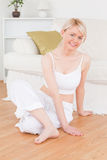 Jeune femme blond faisant des exercices de relaxation Photos stock