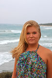 Jeune femme blond sur la plage photo libre de droits
