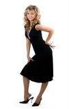 Jeune femme blonde amicale dans la robe noire photographie stock libre de droits