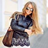 Jeune femme blonde attirante avec de longs cheveux chics parfaits Photos stock