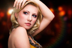 Jeune femme blonde attirante devant un fond clair Images stock