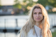 Jeune femme blonde attirante en parc Photo stock