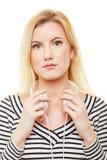 Jeune femme blonde avec des écouteurs image stock