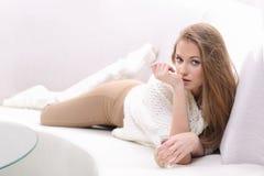 Jeune femme blonde avec la bouteille de parfum photographie stock libre de droits