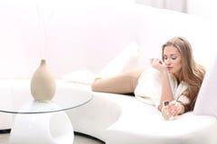 Jeune femme blonde avec la bouteille de parfum Photos libres de droits