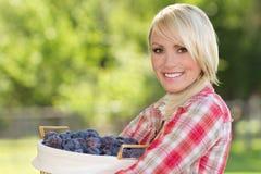 Jeune femme blonde avec le panier des plombs Photos stock