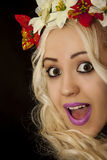Jeune femme blonde avec les cheveux blancs bouclés avec une guirlande sur son hea Images libres de droits