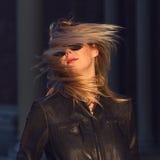 Jeune femme blonde avec les cheveux et les lunettes de soleil de ondulation photo libre de droits