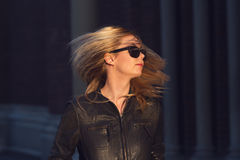 Jeune femme blonde avec les cheveux et les lunettes de soleil de ondulation images stock