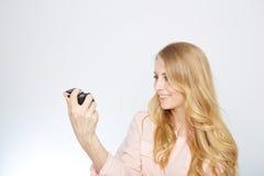Jeune femme blonde avec un appareil-photo de vintage images libres de droits