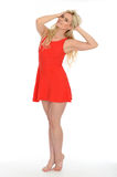 Jeune femme blonde coquette sexy attirante portant Mini Dress rouge court Images stock
