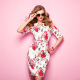 Jeune femme blonde dans la robe florale d'été de ressort photos libres de droits