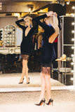 Jeune femme blonde dans la robe posant au grand miroir Photo stock