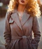 Jeune femme blonde dans le manteau d'automne images stock