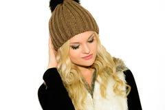 Jeune femme blonde dans un chapeau et un gilet Photographie stock libre de droits