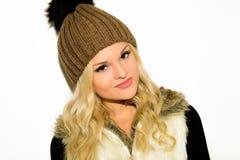 Jeune femme blonde dans un chapeau et un gilet Photo libre de droits