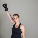 Jeune femme blonde dans un gymnase de boxe Photo stock