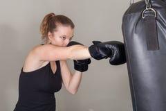 Jeune femme blonde dans un gymnase de boxe Images stock