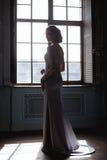Jeune femme blonde de jeune mariée dans une robe de mariage bleu-clair photographie stock libre de droits